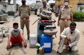 कच्ची शराब बनाते हुए दो शराब माफिया गिरफ्तार, पांच फरार