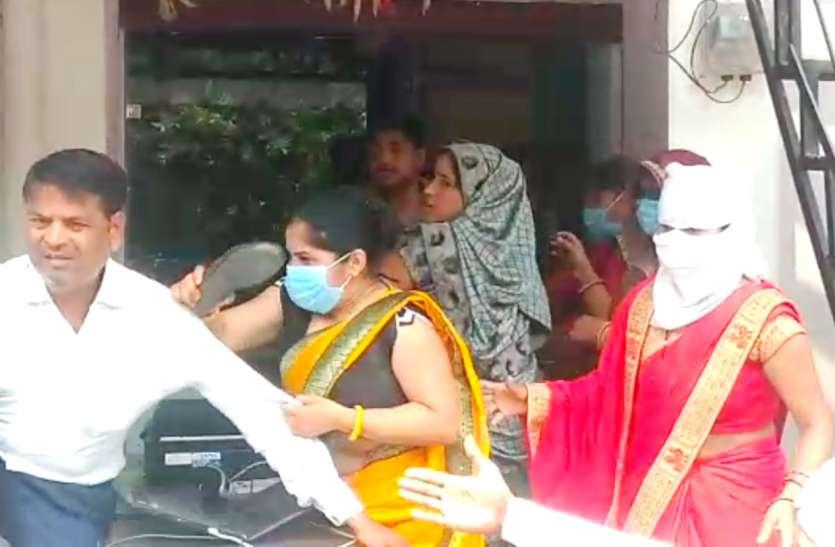 पत्नी ने बीच बाजार पति को चप्पलों से पीटा, वीडियो हुआ वायरल