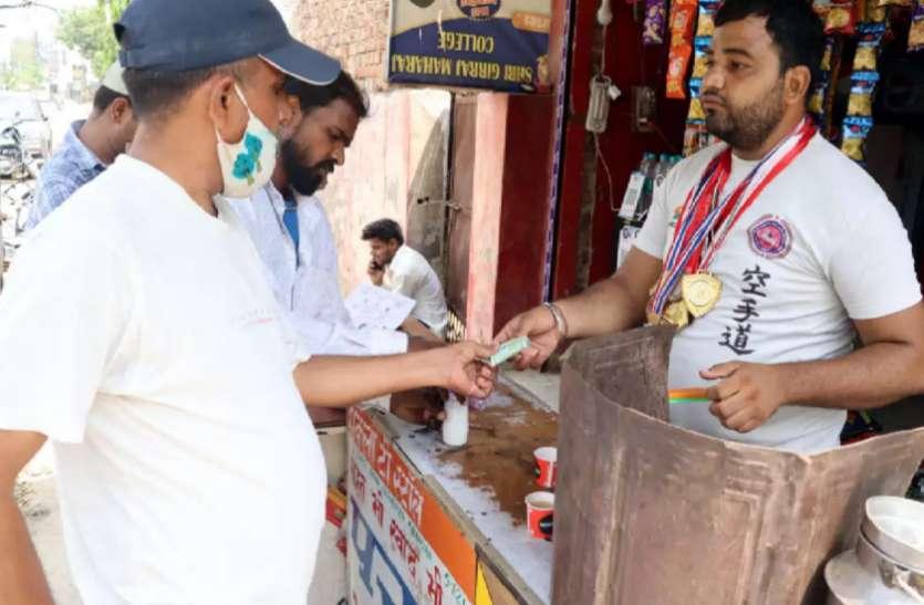 कराटे प्लेयर हरिओम चाय बेचने को मजबूर, जीत चुके हैं 60 से अधिक मेडल