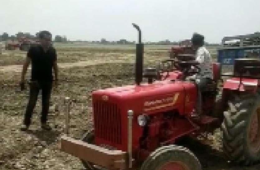 रामसागर झील में मिट्टी का अवैध खनन करते चार ट्रैक्टर ट्रॉली पकड़े