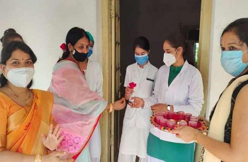 Good work: यहां नर्सों का पुष्प गुच्छ देकर किया गया स्वागत, फिर लगाई वैक्सीन