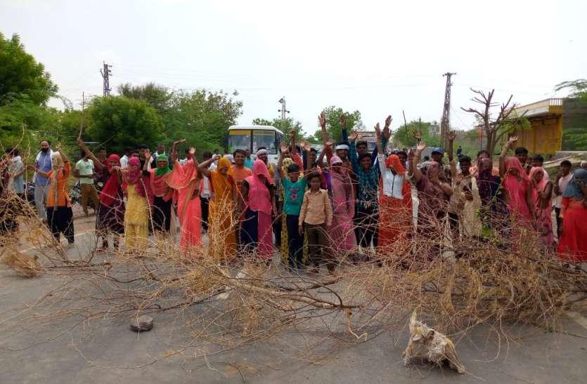 बिजली से त्रस्त महिलाओं ने एक घंटे किया हाइवे जाम
