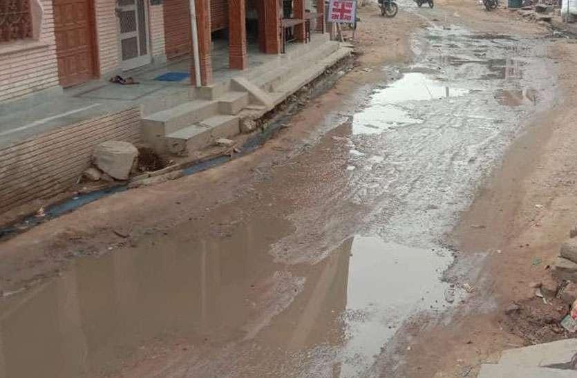 क्षतिग्रस्त नालियों से सड़क पर भरा पानी