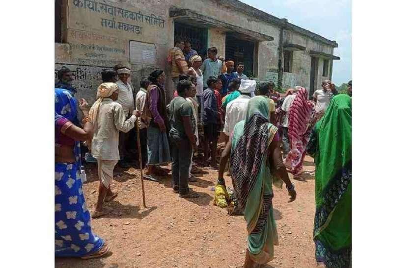 सरकारी सस्ते गल्ले की दुकान पर ग्रामीणों ने जड़ा ताला