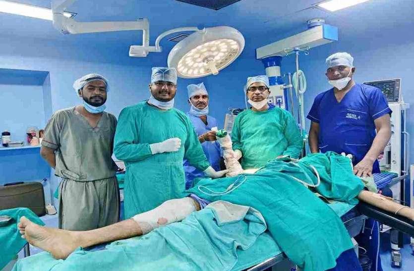 डॉक्टरों की टीम ने छह घंटे के सफल ऑपरेशन के बाद बचा ली बैककर्मी की जान