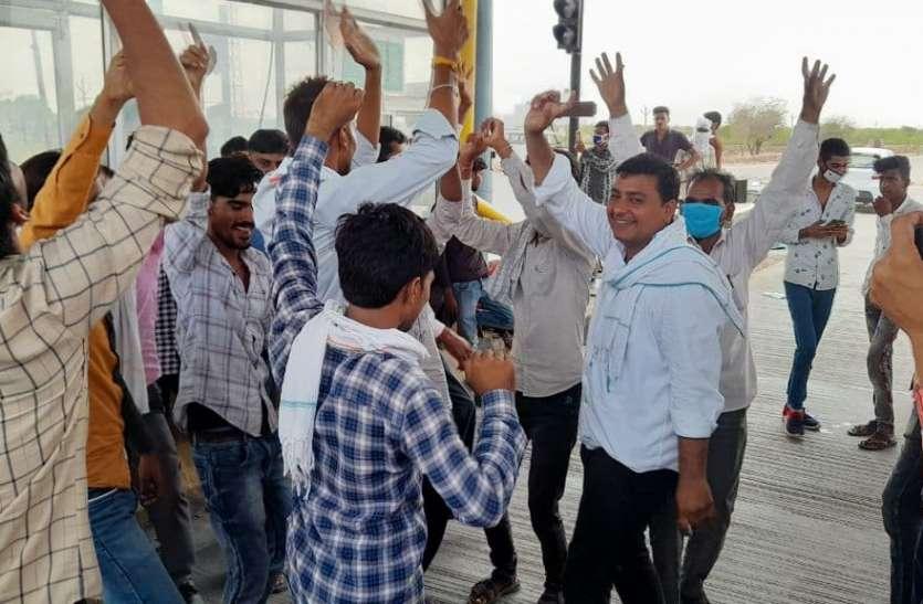 टोल नाके पर किसानों ने नाच नाच कर किया प्रदर्शन