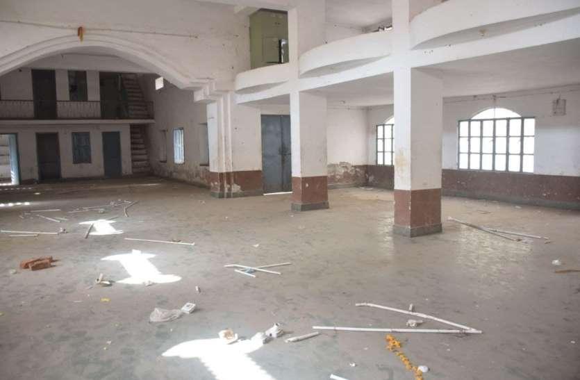 मीरा सामुदायिक भवन में चोरों का धमाल, सुपुर्दगी पहले से पहले निगम को चपत