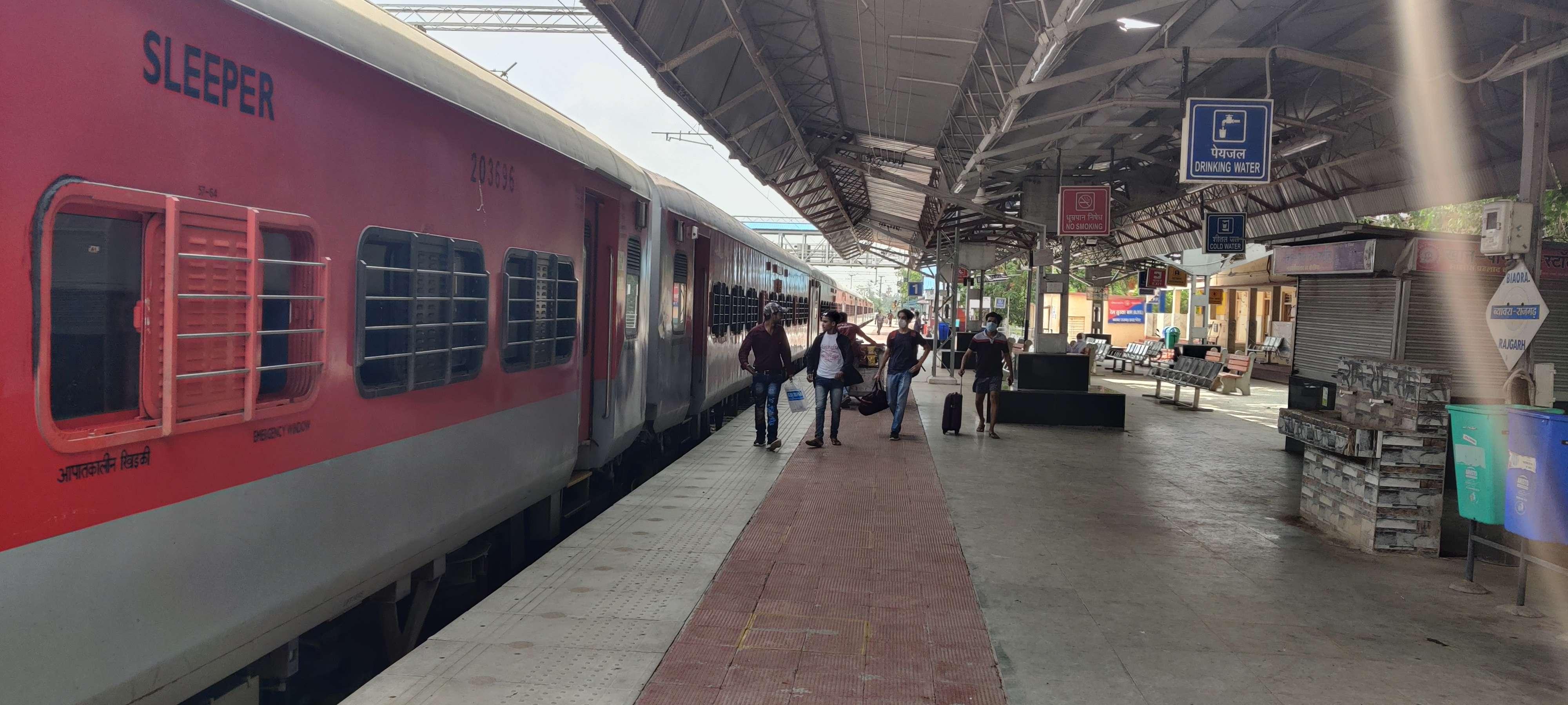 Railway news : महज छह यात्री बैठे... पहले दिन समय से पहले पहुंची चंडीगढ़ एक्सप्रेस, आधे घंटे खड़ी रही