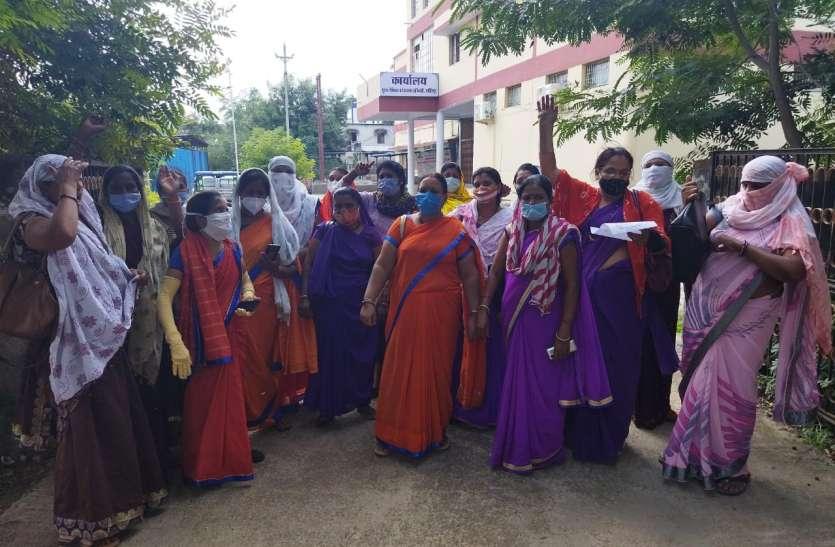 आशा ऊषा कार्यकर्ताओं ने सौंपा ज्ञापन दूसरे दिन भी हड़ताल पर डटी रहीं नर्सें