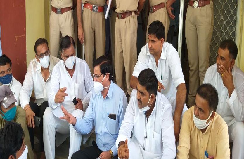 भाजपा ने घेरा निगम कार्यालय, एसई किसानों के बीच आकर बैठे
