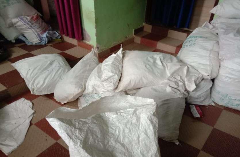 बाथरूम में छुपाकर रखे लाखों रुपए के प्रतिबंधित जर्दायुक्त गुटखा बरामद