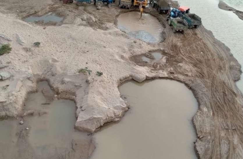 चंबल नदी में जेसीबी से दिन दहाड़े अवैध उत्खनन