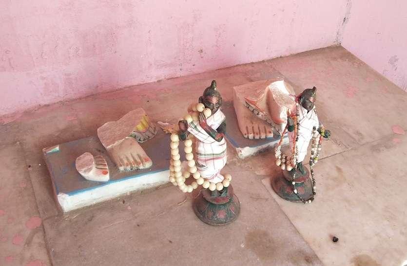 गुरू और शिष्य ने मंदिर में मचाया तांडव, आधा दर्जन भवनों को तोड़, मंदिर परिसर में लगाई आग