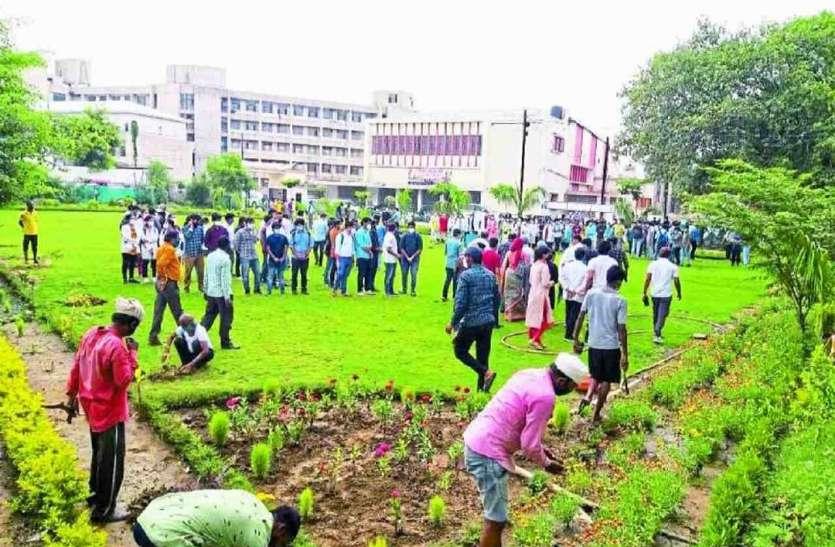 पर्यावरण प्रेमी दोस्त की याद में Shyamshah Medical College के छात्रों ने बना दिया बगीचा