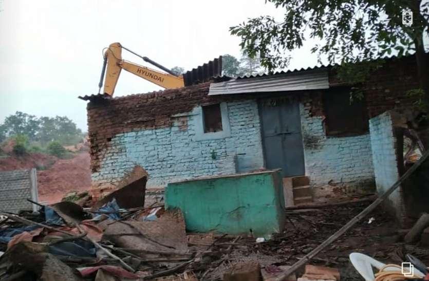 भू-माफिया ने जेसीबी से ढहाया घर, शिकायत के पांच दिन बाद भी पुलिस ने नहीं की कार्रवाई