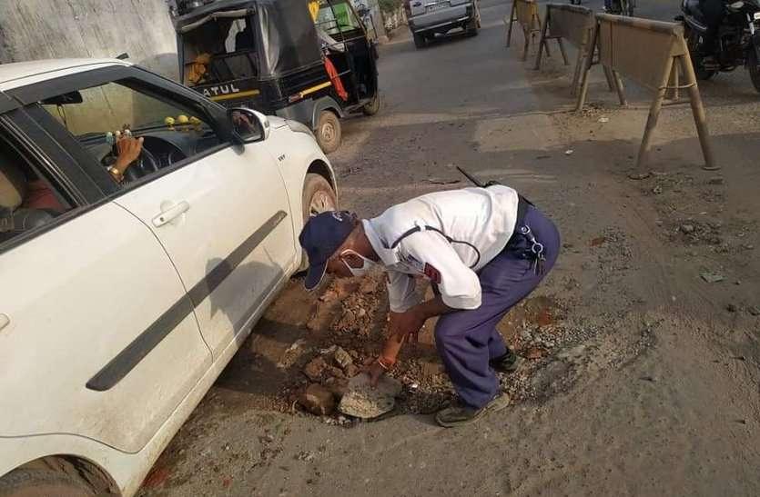 चर्चाओं में प्रधान आरक्षक: ट्रैफिक कंट्रोल के साथ हादसों को रोकने भर रहे सड़कों के गड्ढे
