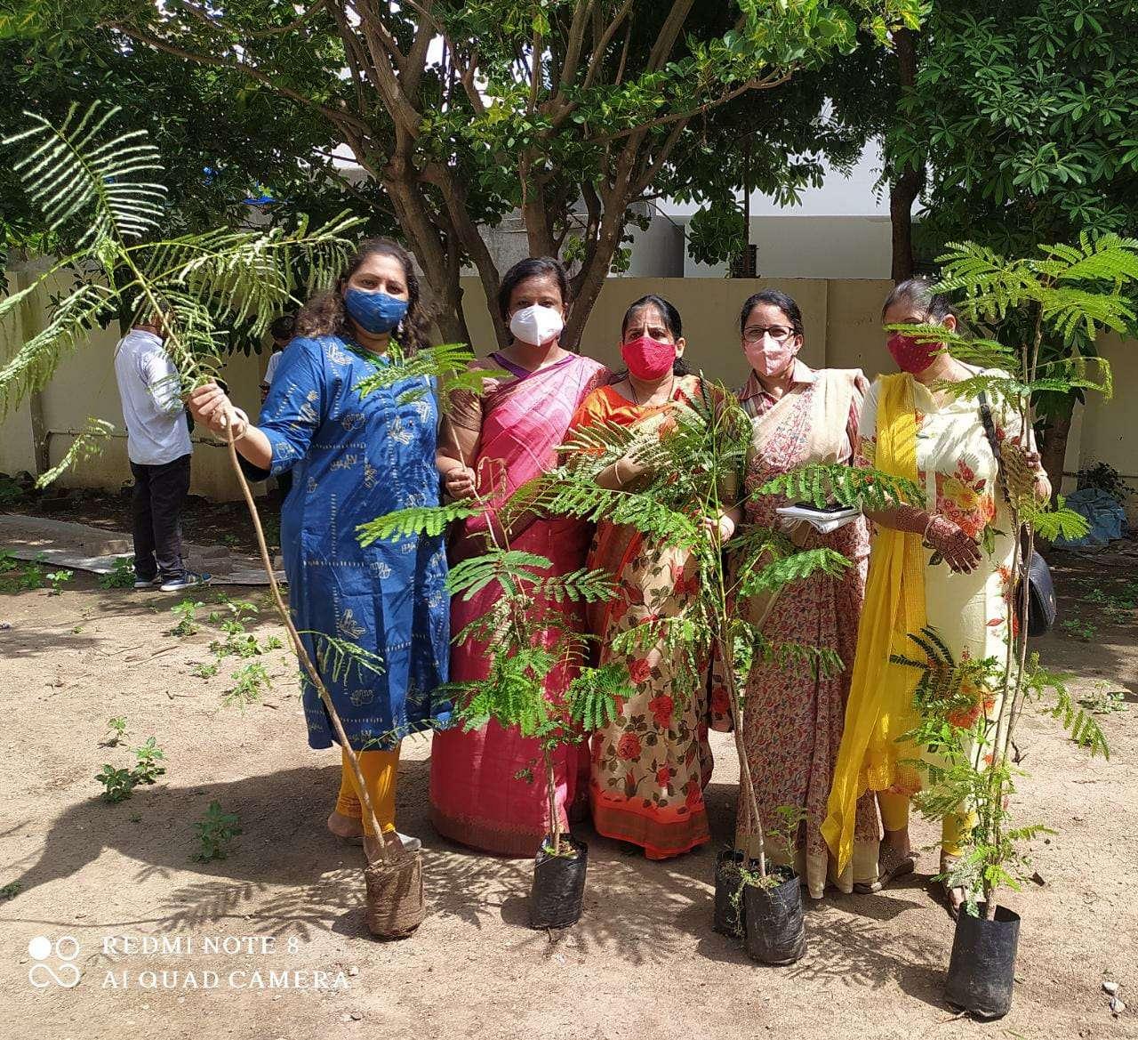 SURAT NEWS: रिमझिम फुहार में रोपे पौधे