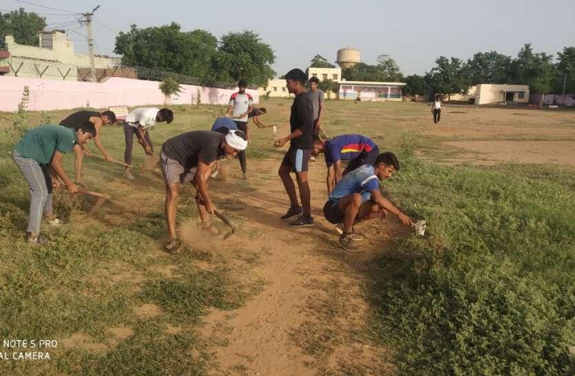 कोरोना काल में स्कूल बंद रहने से उग आए थे झाड़ झंखाड़, शिक्षक व विद्यार्थियों ने मिलकर चमकाया खेल मैदान