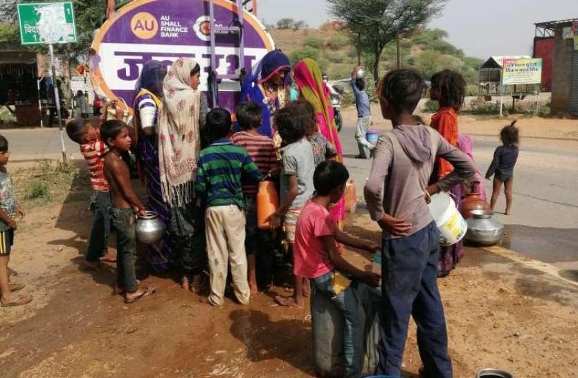 समाजसेवी भीषण गर्मी में जल रथ के माध्यम से कर रहे जनता की जल सेवा