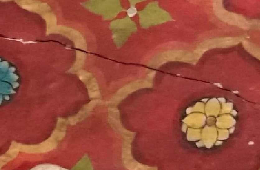 सथूर रक्तदंतिका मंदिर की दीवारों में आई दरारें