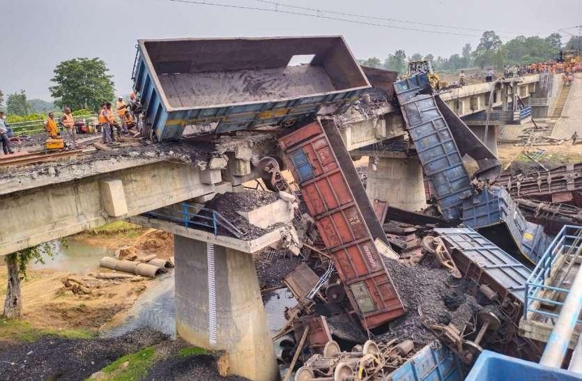 क्षतिग्रस्त रेलवे ट्रैक पर जेसीबी से मलवा को हटाने कार्य जारी, दो क्रेन पहुंचा घटना स्थल