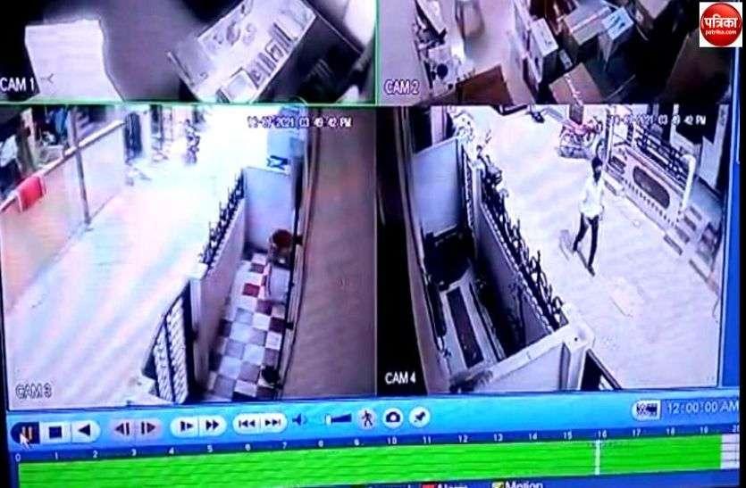 मंदिर की दान पेटियों से रुपए ले उड़े बदमाश, सीसीटीवी फुटेज के आधार पर होगी मामले की जांच
