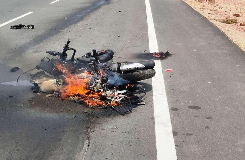 सड़क हादसा: कंटेनर और बस की भिड़ंत में एक महिला की मौत, आठ घायल
