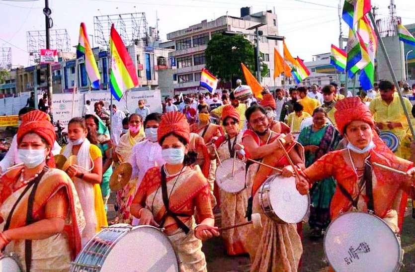 शोभायात्रा में जय-जय गुरुदेव के जयघोष के साथ की अगवानी