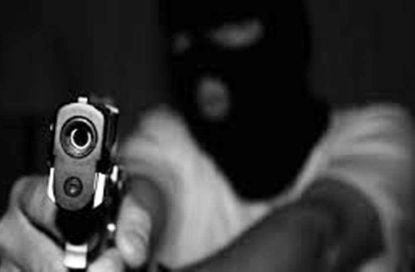आगरा में पेट्रोल पंप का कैश लेकर जा रहे कर्मचारी से हथियार के बल पर 5.23 लाख की लूट
