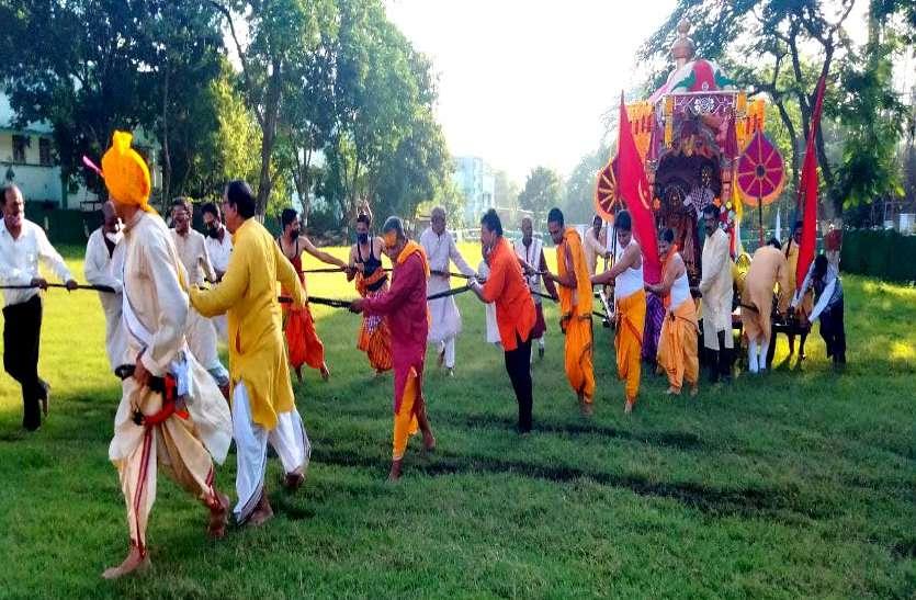 रथ में सवार होकर मौसी के घर घूमने निकले महाप्रभु, कोरोना नियमों के कारण आम लोगों को नहीं मिला मंदिर में प्रवेश