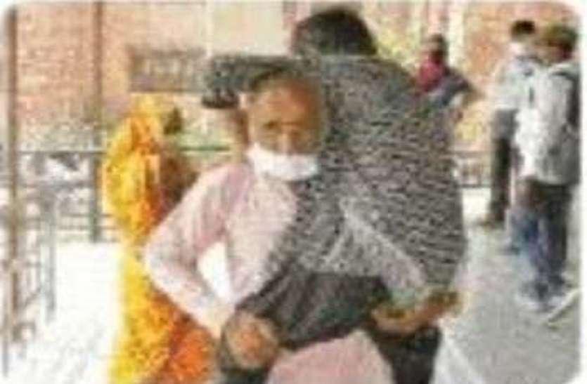 मंत्री बखान करने में रहे मशगूल, वृद्ध पिता बेटी को कंधे पर लादकर घूमता रहा