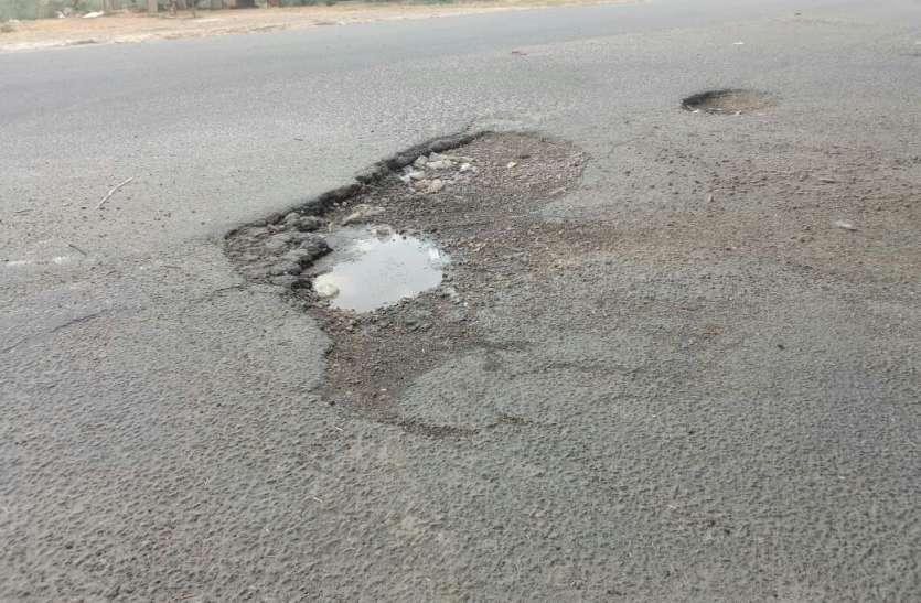 नेशनल हाईवे पर अलवर तिराहा पुलिया की सर्विस रोड पर ब्रेकर नहीं, सडक़ भी खस्ताहाल, आए दिन होते हैं हादसे