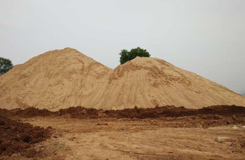 मुफ्त में रेत मिलने की आस में रोका आवास का निर्माण
