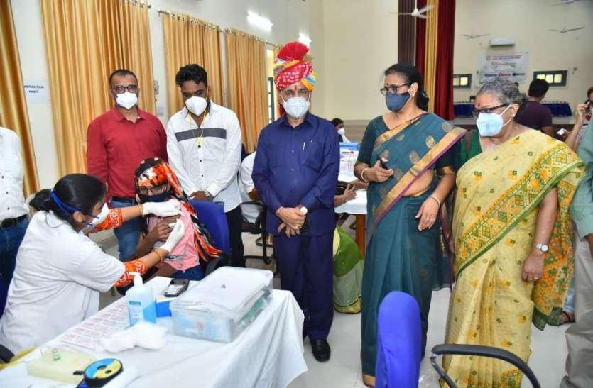 JNVU के स्थापना दिवस पर टीकाकरण व रक्तदान शिविर
