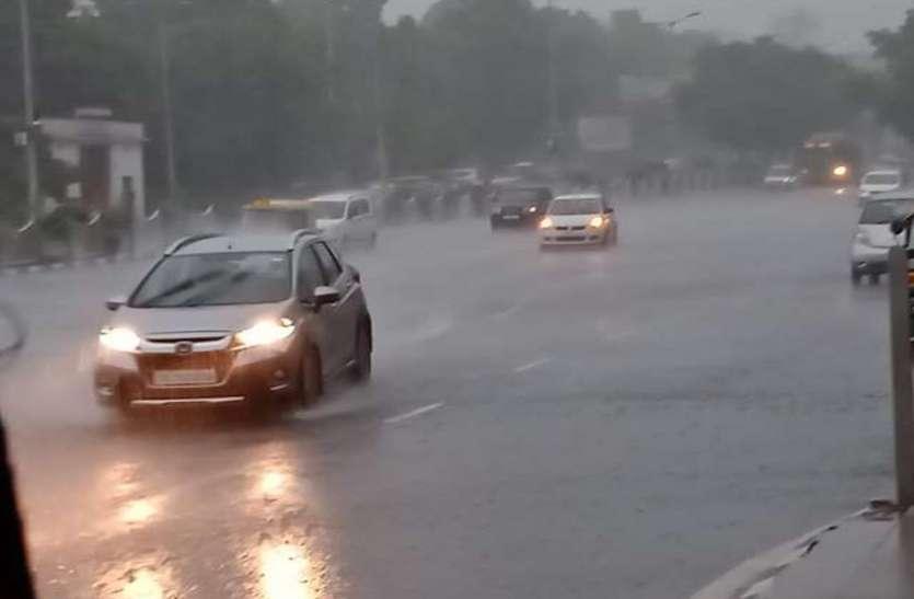 दिल्ली-एनसीआर में तेज हवा के साथ झमाझम बारिश, घने बादलों से दिन में छा गया अंधेरा