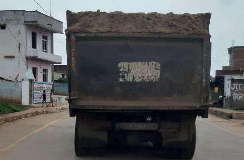 खनिज परिवहन में ओवरलोडिंग नहीं रोक पा रहे जिम्मेदार, सड़कें हो रहीं खराब