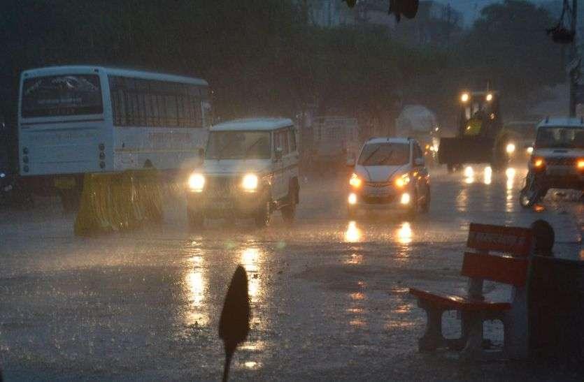दिनभर तरसाकर रात को बरसे बादल, कई जगह भरा पानी