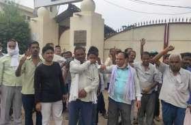 हिन्द लैम्प कंपनी ने बाहर किए कर्मचारी, कंपनी के बाहर हंगामा