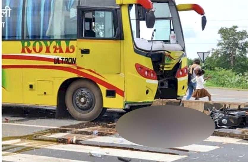 महासमुंद: यात्री बस ने बाइक सवार को मारी ठोकर, लड़की देखने जा रहे पिता-पुत्र की मौके पर मौत