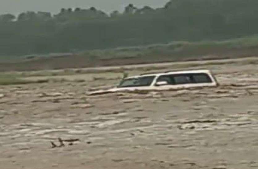 पहाड़ी इलाकों में लगातार बरसात से सहारनपुर में बाढ़ जैसे हालात, श्रद्धालुओं की स्कॉर्पियो बही