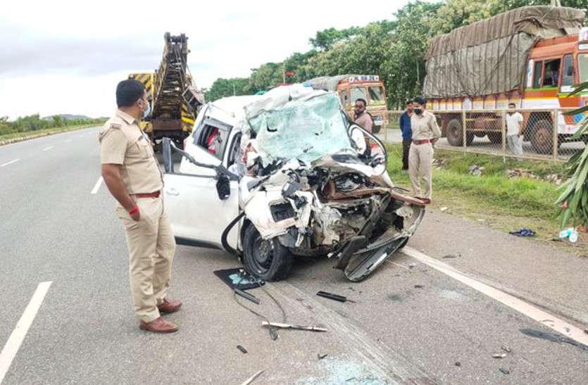 कार ने लॉरी को टक्कर मारी, तीन की मौत, राजस्थान से बेंगलूरु आ रहा था परिवार