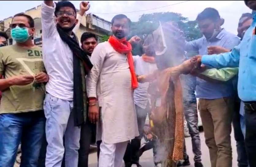 हिंदू युवा वाहिनी के कार्यकर्ताओं ने अंतरराष्ट्रीय शायर मुनव्वर राना का फूंका पुतला