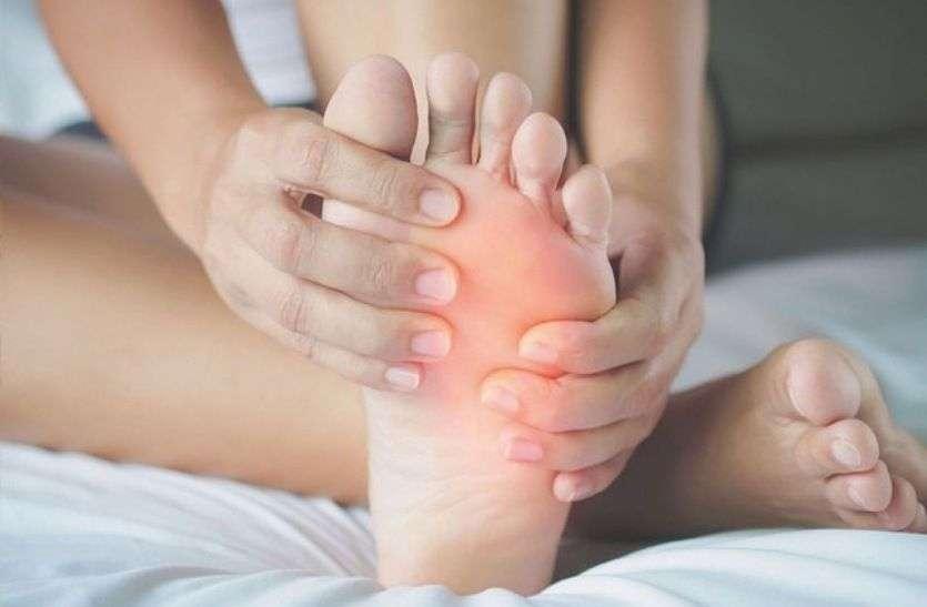 Burning sensation in soles of feet   पैर के तलवे में हो रही है जलन, तो दूर करने के लिए करें यह काम