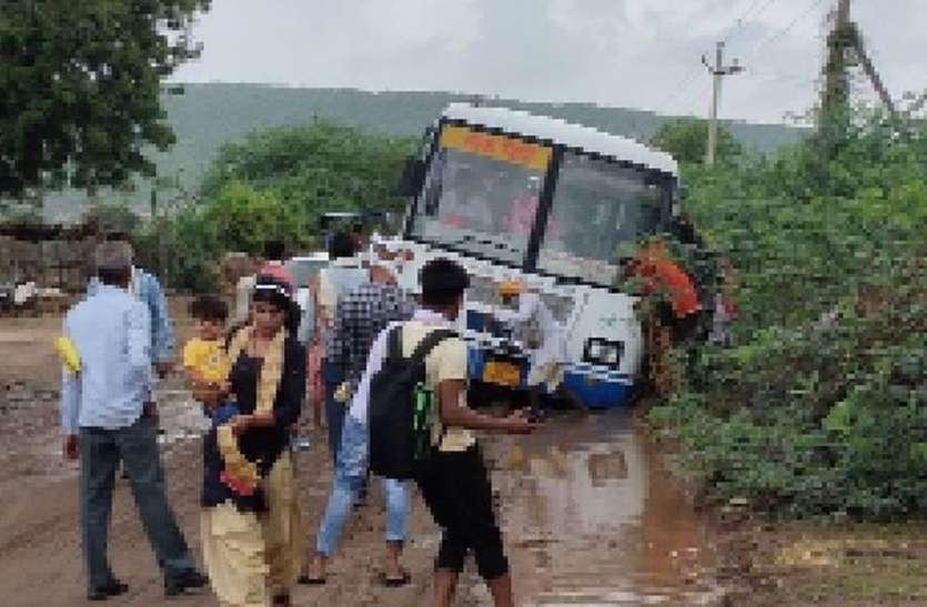 क्षतिग्रस्त सड़क में फंसी रोडवेज बस, ग्रामीणों ने लोडर से निकाला