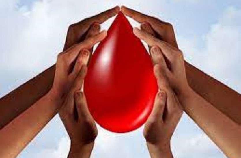 सात सालों में दोगुने हो गए निजी ब्लड बैंक, कुछ बैंक बांट रहे रक्तदान के बदले प्रलोभन के पर्चे
