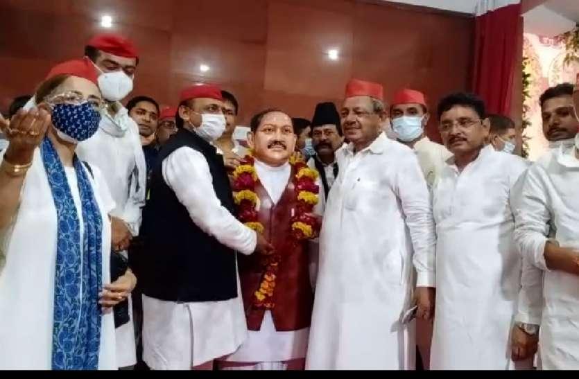 पूर्व मुख्यमंत्री अखिलेश यादव आज नए रूप में दिखे, कटाक्ष के साथ योगी शासन पर किया जमकर प्रहार