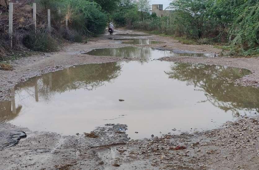 पहली बारिश में खुली सड़कों की पोल, जलभराव से बनी दरिया