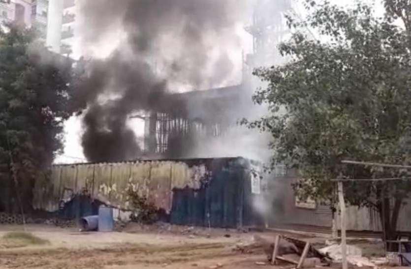 कंस्ट्रक्शन कंपनी के ऑफिस और गोदाम में लगी भीषण आग, लाखों का माल जलकर खाक
