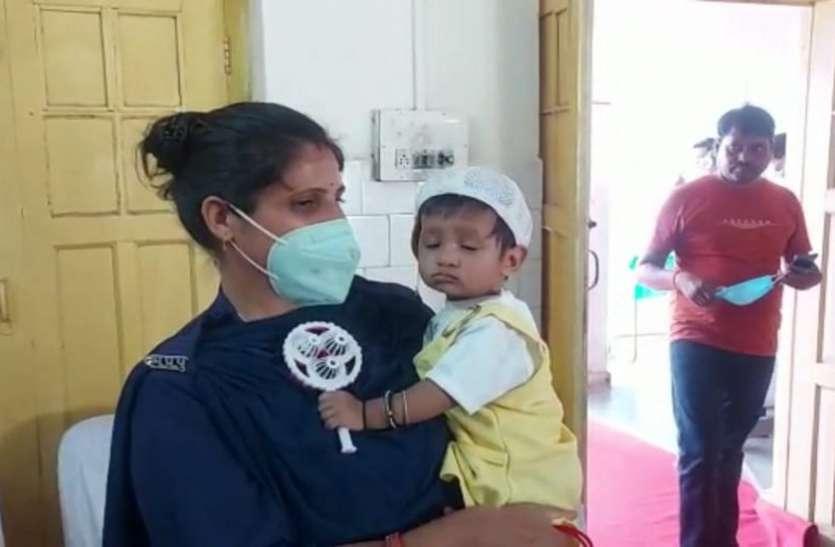 8 माह की बेटी को गोद में लिए अपना फर्ज निभा रही महिला आरक्षक