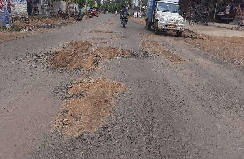 रामनगरिया रोड पर सात दिन में उधड़ गई नई सड़क